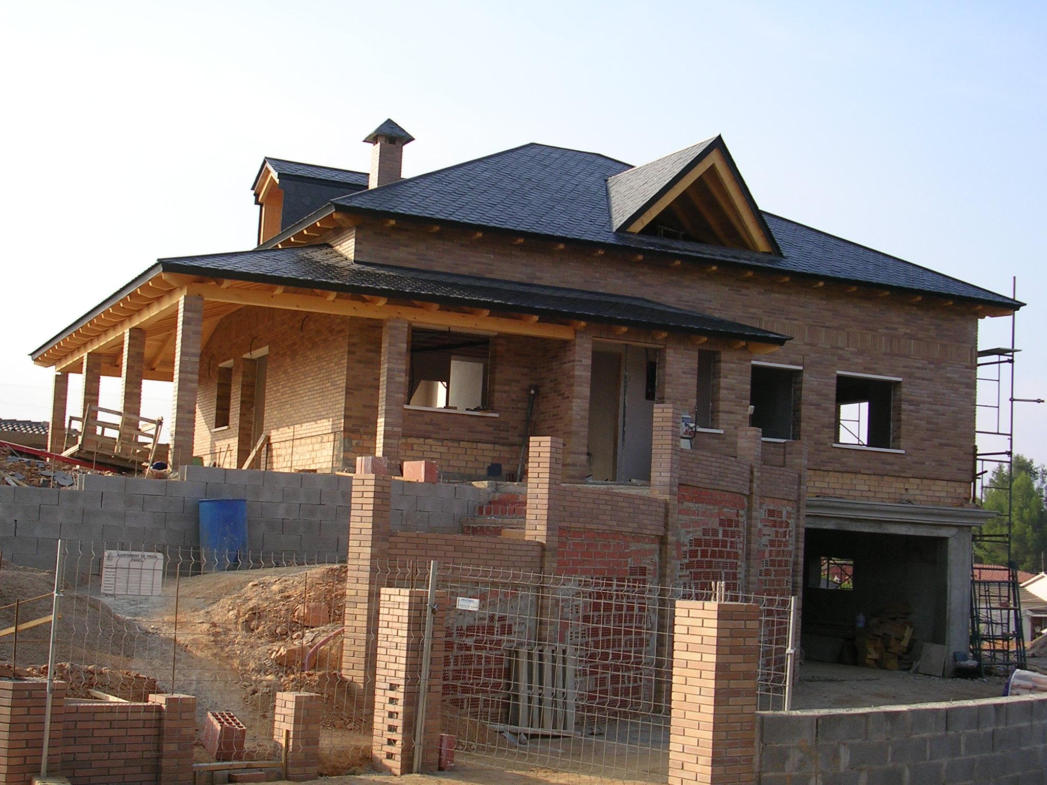 Estructures de fusta amb cobertes de pissarra teula i for Tejados de madera con teja
